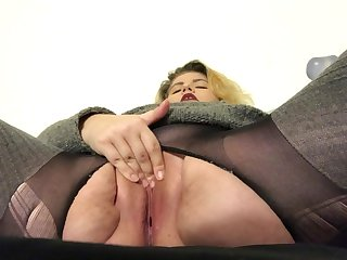 AMATEUR MILF FUCKING PUSSY IN TORN PANTYHOSE